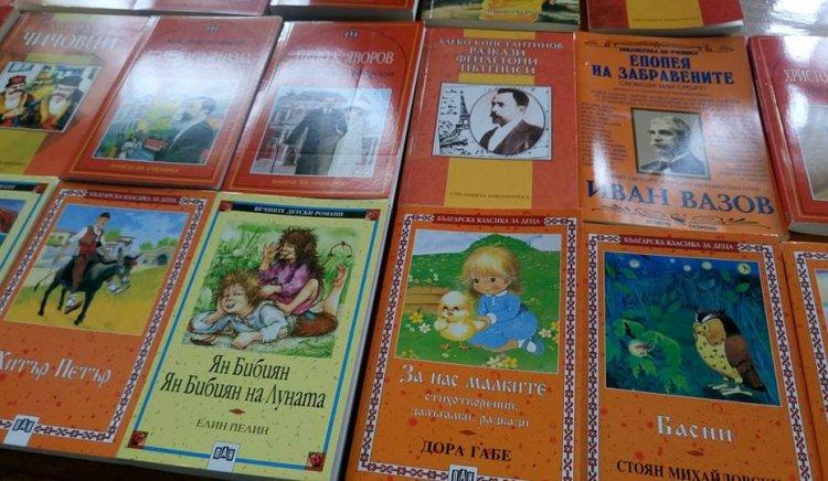 """МО на БСП – Луковит дари книги на библиотеката в НЧ """"Борба 1895"""", с. Торос"""